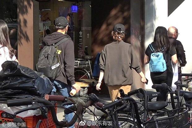 Đi mua sắm đón Tết, Lưu Thi Thi nhận được lời khen với vóc dáng thon gọn, thanh thoát dù đang bầu bí - Ảnh 4.
