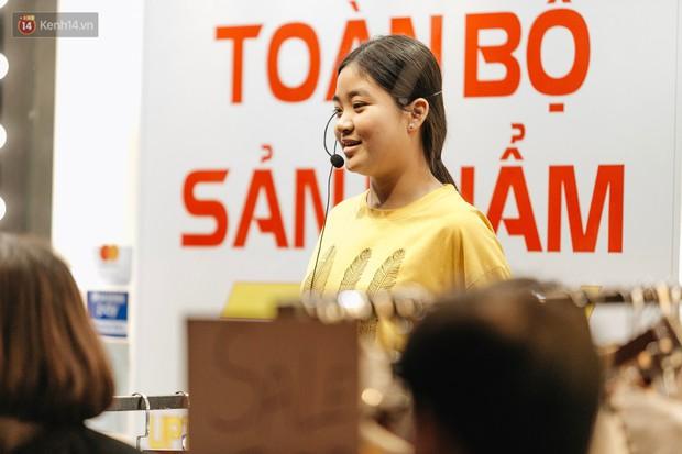 Vỉa hè Hà Nội trở thành chợ thời trang, trẻ em ngồi thùng xếp phụ bố mẹ bán hàng ngày cận Tết - Ảnh 9.