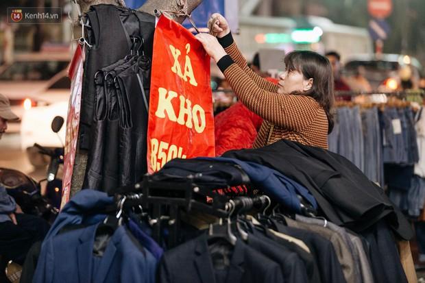 Vỉa hè Hà Nội trở thành chợ thời trang, trẻ em ngồi thùng xếp phụ bố mẹ bán hàng ngày cận Tết - Ảnh 8.