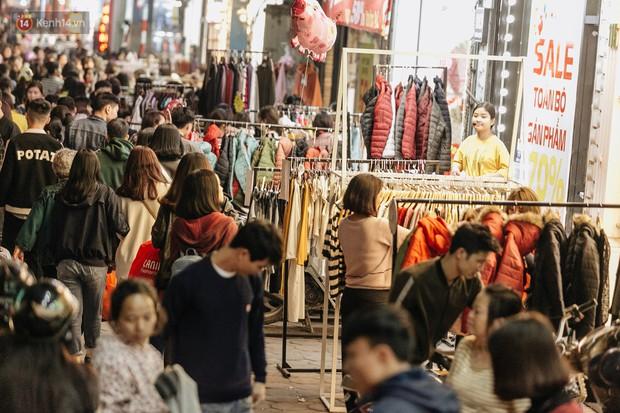 Vỉa hè Hà Nội trở thành chợ thời trang, trẻ em ngồi thùng xếp phụ bố mẹ bán hàng ngày cận Tết - Ảnh 6.