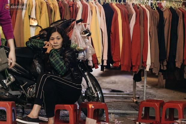 Vỉa hè Hà Nội trở thành chợ thời trang, trẻ em ngồi thùng xếp phụ bố mẹ bán hàng ngày cận Tết - Ảnh 17.