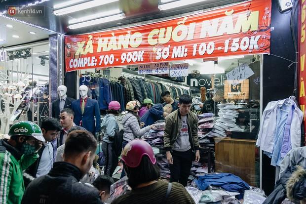 Vỉa hè Hà Nội trở thành chợ thời trang, trẻ em ngồi thùng xếp phụ bố mẹ bán hàng ngày cận Tết - Ảnh 3.