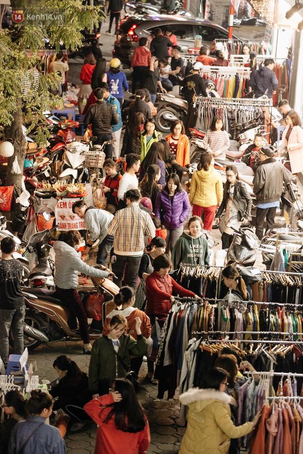Vỉa hè Hà Nội trở thành chợ thời trang, trẻ em ngồi thùng xếp phụ bố mẹ bán hàng ngày cận Tết - Ảnh 2.