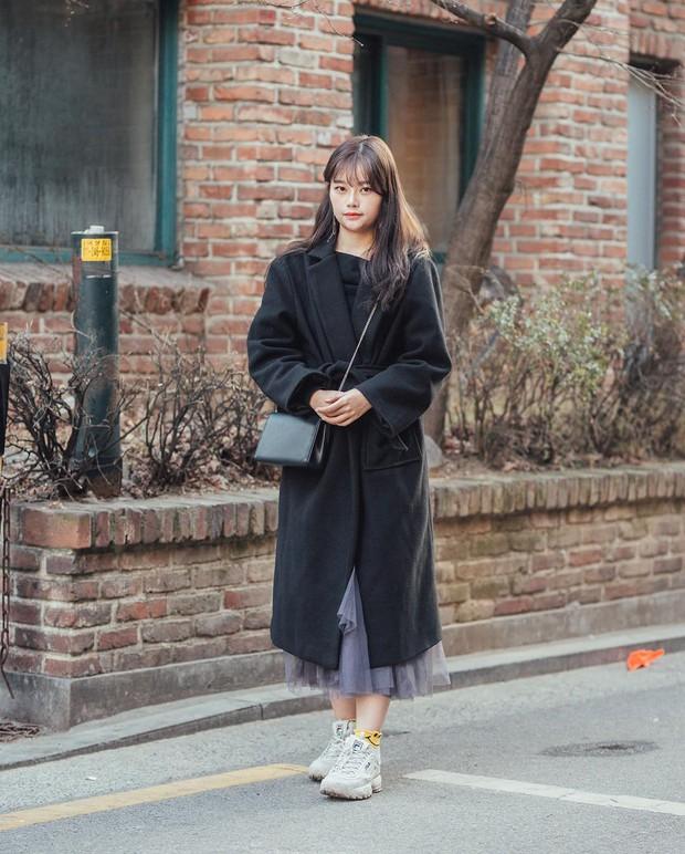 Street style giới trẻ Hàn tuần qua: nữ tính, cá tính, chất chơi chiêu nào cũng có và đều đẹp ngất ngây - Ảnh 4.