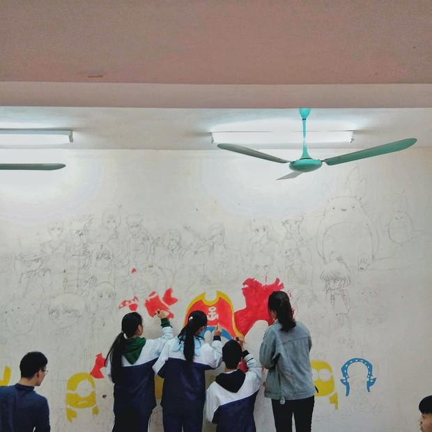 Lớp học lưu giữ kỷ niệm cuối cấp bằng bức tranh khổng lồ chứa toàn nhân vật đình đám của tuổi thơ - Ảnh 2.