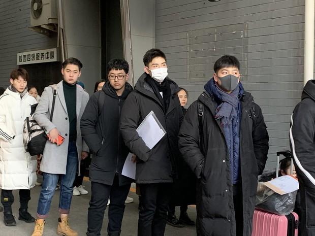 Xuất hiện nam thần cao 1m88, gây sốt tại cổng trường thi Đại học khiến dân tình nháo nhào tìm info - Ảnh 1.