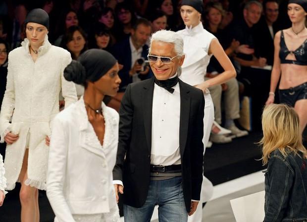Phong cách của NTK Karl Lagerfeld qua năm tháng: ngoài màu đen còn rất nhiều điều thú vị, riêng cặp kính râm là gần như bất biến - Ảnh 9.