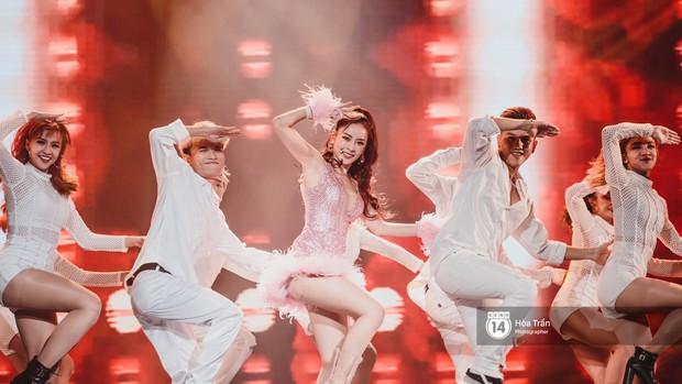 Fan nức lòng nhìn lại những khoảnh khắc tỏa sáng của ca sĩ Vpop trên sân khấu Việt-Hàn hot nhất năm qua - Ảnh 31.