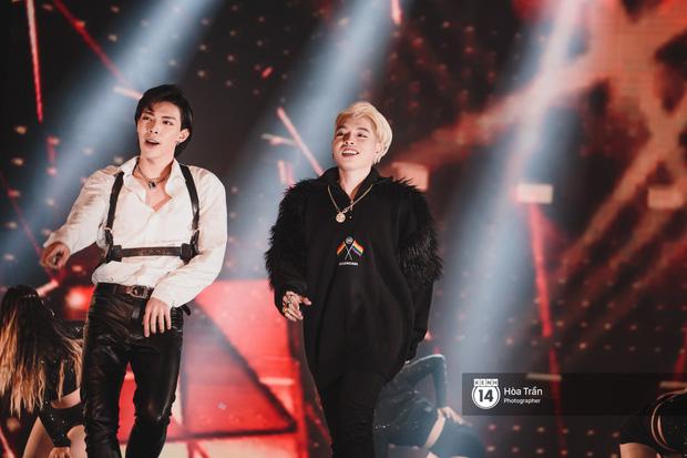 Fan nức lòng nhìn lại những khoảnh khắc tỏa sáng của ca sĩ Vpop trên sân khấu Việt-Hàn hot nhất năm qua - Ảnh 33.