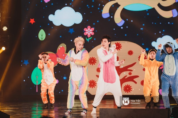 Fan nức lòng nhìn lại những khoảnh khắc tỏa sáng của ca sĩ Vpop trên sân khấu Việt-Hàn hot nhất năm qua - Ảnh 34.