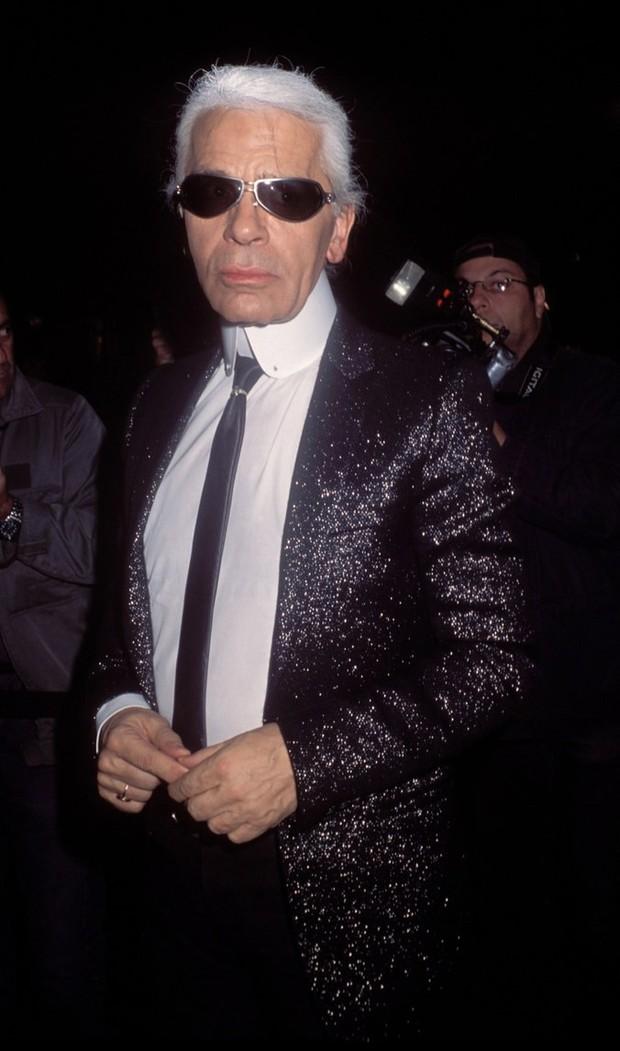 Phong cách của NTK Karl Lagerfeld qua năm tháng: ngoài màu đen còn rất nhiều điều thú vị, riêng cặp kính râm là gần như bất biến - Ảnh 12.