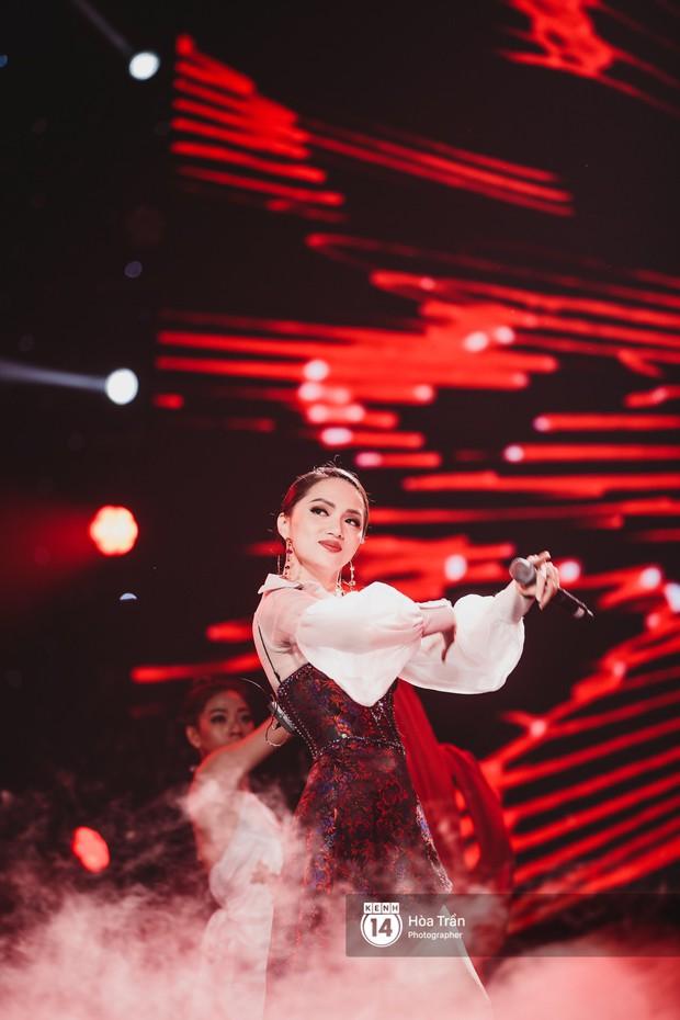 Fan nức lòng nhìn lại những khoảnh khắc tỏa sáng của ca sĩ Vpop trên sân khấu Việt-Hàn hot nhất năm qua - Ảnh 37.