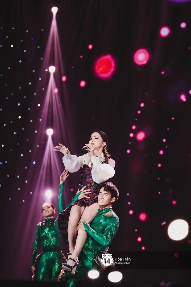 Fan nức lòng nhìn lại những khoảnh khắc tỏa sáng của ca sĩ Vpop trên sân khấu Việt-Hàn hot nhất năm qua - Ảnh 38.