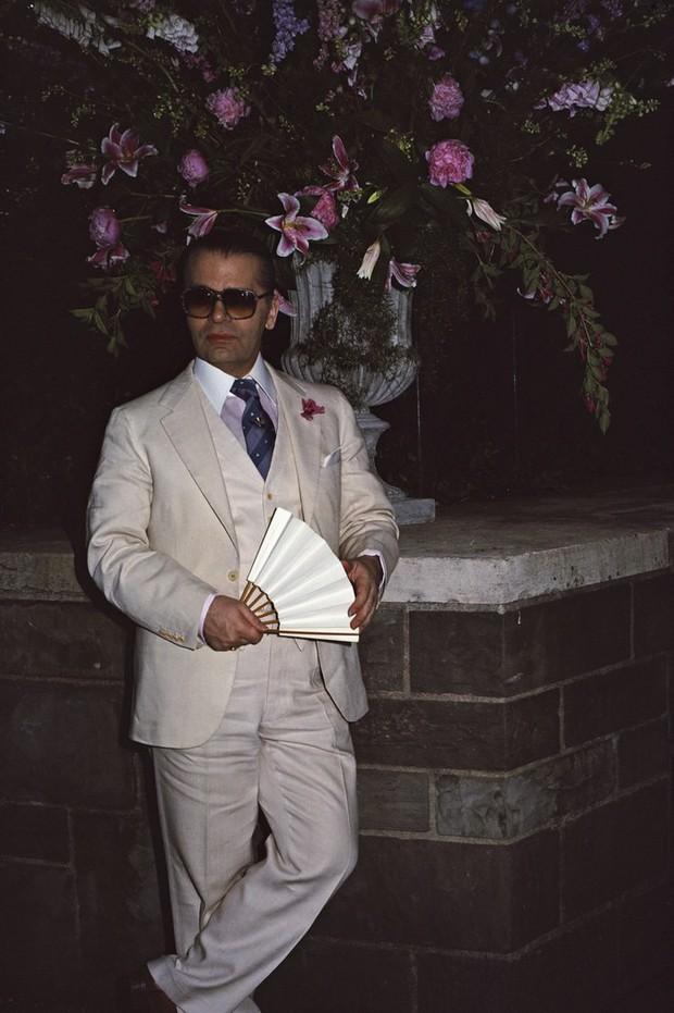 Phong cách của NTK Karl Lagerfeld qua năm tháng: ngoài màu đen còn rất nhiều điều thú vị, riêng cặp kính râm là gần như bất biến - Ảnh 6.