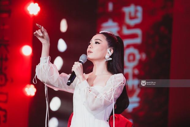 Fan nức lòng nhìn lại những khoảnh khắc tỏa sáng của ca sĩ Vpop trên sân khấu Việt-Hàn hot nhất năm qua - Ảnh 10.