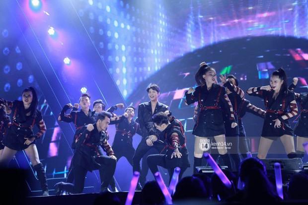 Fan nức lòng nhìn lại những khoảnh khắc tỏa sáng của ca sĩ Vpop trên sân khấu Việt-Hàn hot nhất năm qua - Ảnh 2.