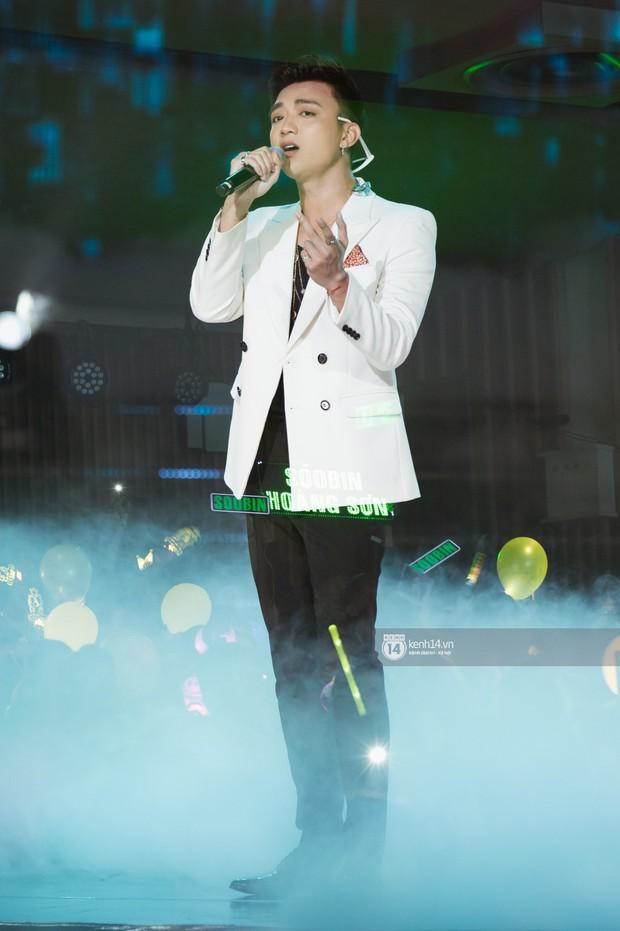 Fan nức lòng nhìn lại những khoảnh khắc tỏa sáng của ca sĩ Vpop trên sân khấu Việt-Hàn hot nhất năm qua - Ảnh 11.