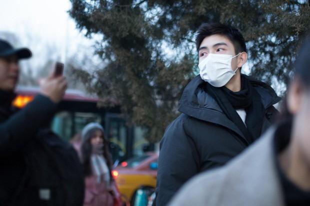 Xuất hiện nam thần cao 1m88, gây sốt tại cổng trường thi Đại học khiến dân tình nháo nhào tìm info - Ảnh 2.