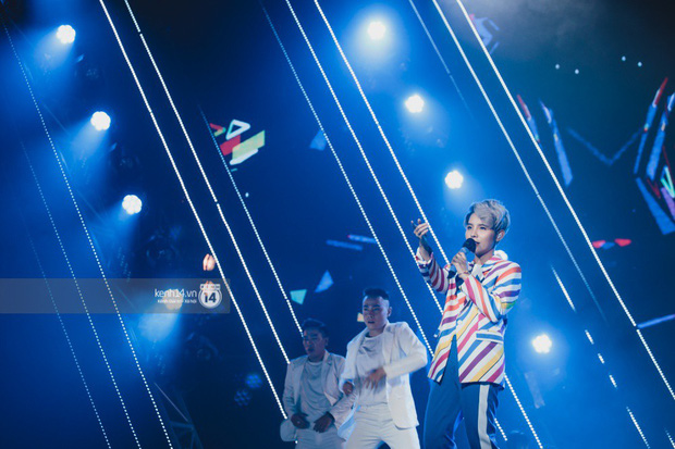Fan nức lòng nhìn lại những khoảnh khắc tỏa sáng của ca sĩ Vpop trên sân khấu Việt-Hàn hot nhất năm qua - Ảnh 4.
