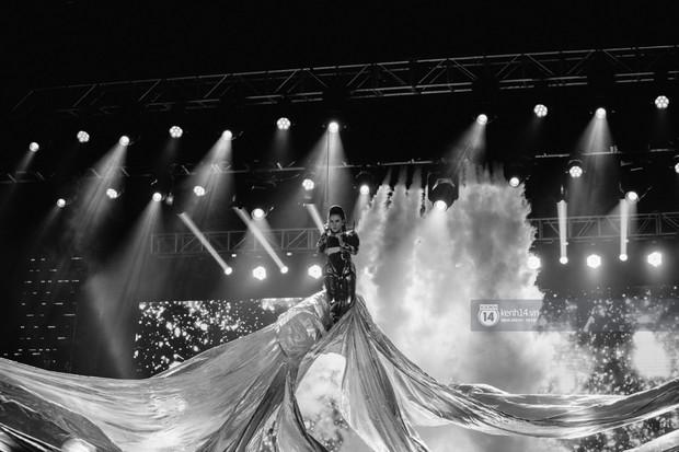 Fan nức lòng nhìn lại những khoảnh khắc tỏa sáng của ca sĩ Vpop trên sân khấu Việt-Hàn hot nhất năm qua - Ảnh 15.