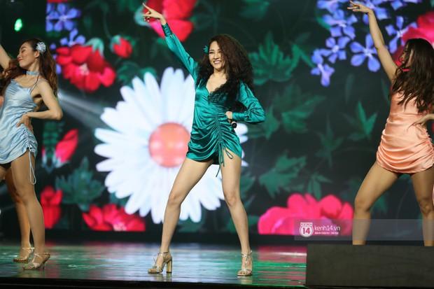 Fan nức lòng nhìn lại những khoảnh khắc tỏa sáng của ca sĩ Vpop trên sân khấu Việt-Hàn hot nhất năm qua - Ảnh 26.