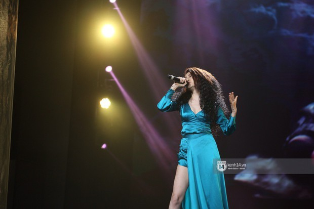 Fan nức lòng nhìn lại những khoảnh khắc tỏa sáng của ca sĩ Vpop trên sân khấu Việt-Hàn hot nhất năm qua - Ảnh 27.
