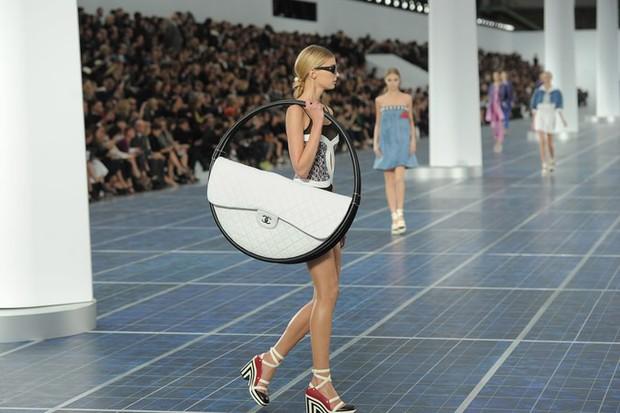 Karl Lagerfeld: Những pha náo loạn chấn động nhà mốt Chanel, đến Coco có sống lại cũng phải sững sờ - Ảnh 11.