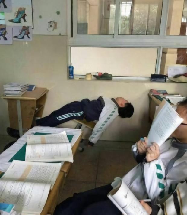Những tư thế ngủ bá đạo tại giảng đường: Từ lầy lội đến đỉnh cao vô cực khó ai bắt chước được - Ảnh 10.