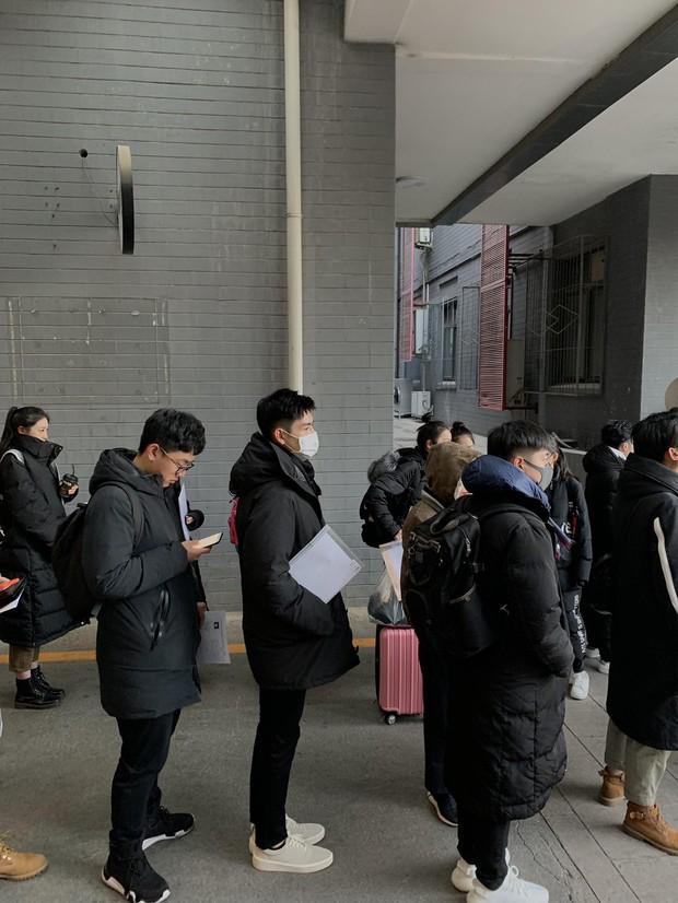 Xuất hiện nam thần cao 1m88, gây sốt tại cổng trường thi Đại học khiến dân tình nháo nhào tìm info - Ảnh 4.