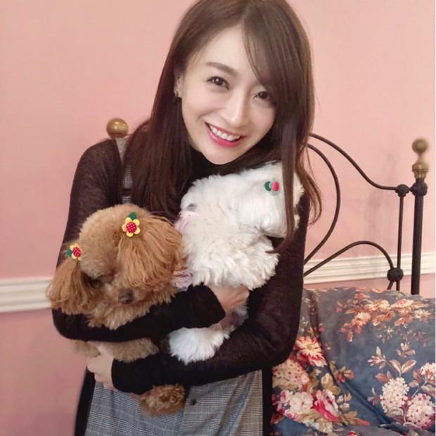Bạn gái tin đồn U40 của Changmin (DBSK): Diễn viên phim nóng với gương mặt thiên thần, vòng 1 căng đầy đến ngộp thở - Ảnh 1.