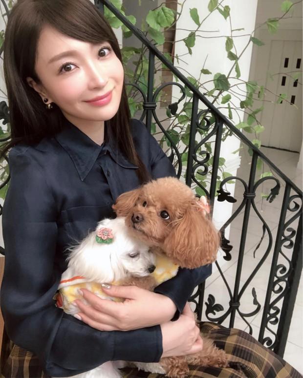 Bạn gái tin đồn U40 của Changmin (DBSK): Diễn viên phim nóng với gương mặt thiên thần, vòng 1 căng đầy đến ngộp thở - Ảnh 3.