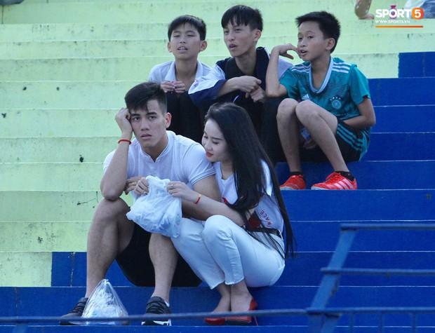 Vừa trở lại Việt Nam, cánh tay phải của HLV Park Hang-seo lập tức đến dự khán trận mở màn V.League 2019 - Ảnh 1.