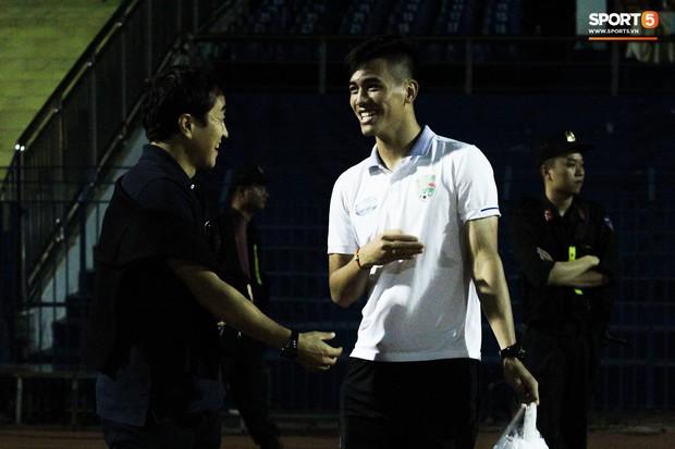 Vừa trở lại Việt Nam, cánh tay phải của HLV Park Hang-seo lập tức đến dự khán trận mở màn V.League 2019 - Ảnh 2.