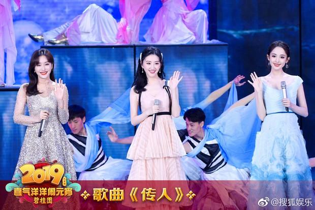 """Ba nữ thần trong 1 khung hình: Tần Lam kín đáo vẫn chứng minh đẳng cấp """"hoàng hậu"""" bên Na Trát và Cảnh Điềm - Ảnh 1."""