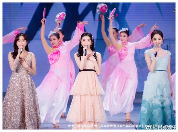 """Ba nữ thần trong 1 khung hình: Tần Lam kín đáo vẫn chứng minh đẳng cấp """"hoàng hậu"""" bên Na Trát và Cảnh Điềm - Ảnh 10."""