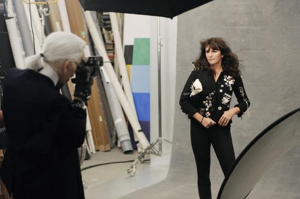 Người phụ nữ vừa bước ra khỏi cái bóng của Karl Lagerfeld, trở thành Giám đốc sáng tạo mới của Chanel là ai? - Ảnh 4.