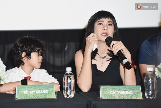 Cát Phượng bật khóc khi nhắc đến chuyện làm mẹ đơn thân tại họp báo ra mắt phim - Ảnh 2.