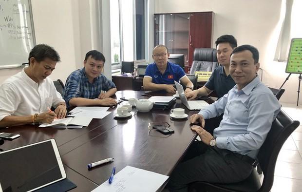 Vừa trở lại Việt Nam, cánh tay phải của HLV Park Hang-seo lập tức đến dự khán trận mở màn V.League 2019 - Ảnh 3.