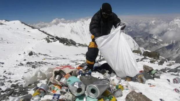 Thực hư câu chuyện núi Everest ngập ngụa rác thải và xác người gây xôn xao MXH Trung Quốc - Ảnh 1.