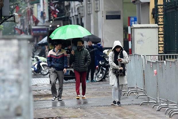 Không khí lạnh đã về thực sự: Mưa to bất ngờ từ đêm qua, sáng nay ra đường ai cũng co ro trong áo khoác - Ảnh 1.
