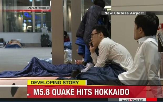 Động đất mạnh ở Hokkaido, hàng trăm người mắc kẹt tại ga tàu và sân bay - Ảnh 1.