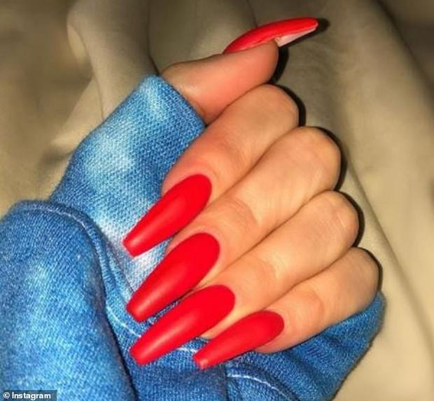 Bí ẩn: Làm sao cô chị vừa bị cắm sừng của Kylie Jenner có thể thay tã cho con với bộ nail dài cả cây số? - Ảnh 2.