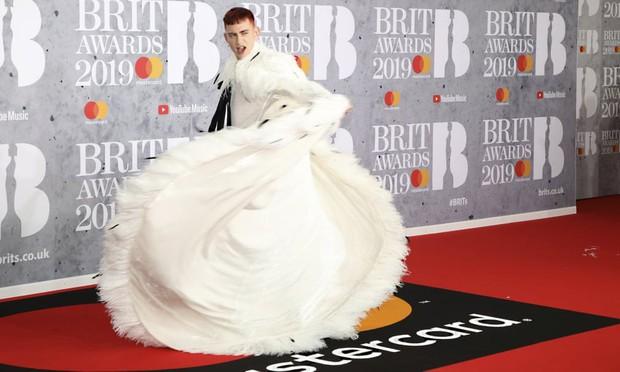 Thảm đỏ BRIT Awards 2019: Pink, Shawn Mendes dẫn đầu dàn sao, nhưng spotlight thuộc về loạt màn đọ sắc gây sốc - Ảnh 8.
