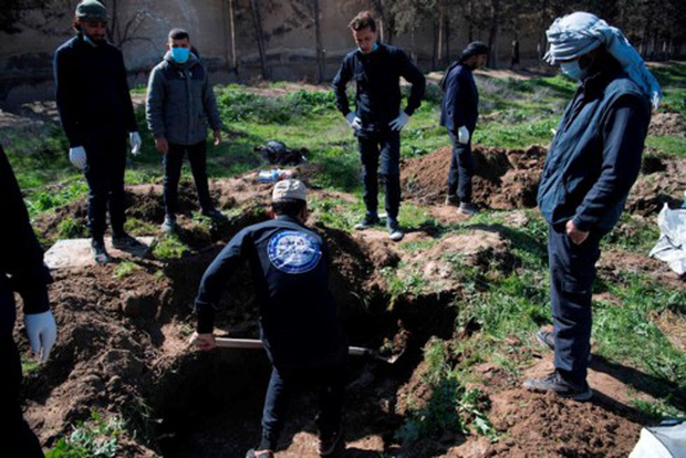 Phát hiện ngôi mộ chứa ít nhất 3.500 thi thể ở ngoại ô Raqqa (Syria) - Ảnh 1.