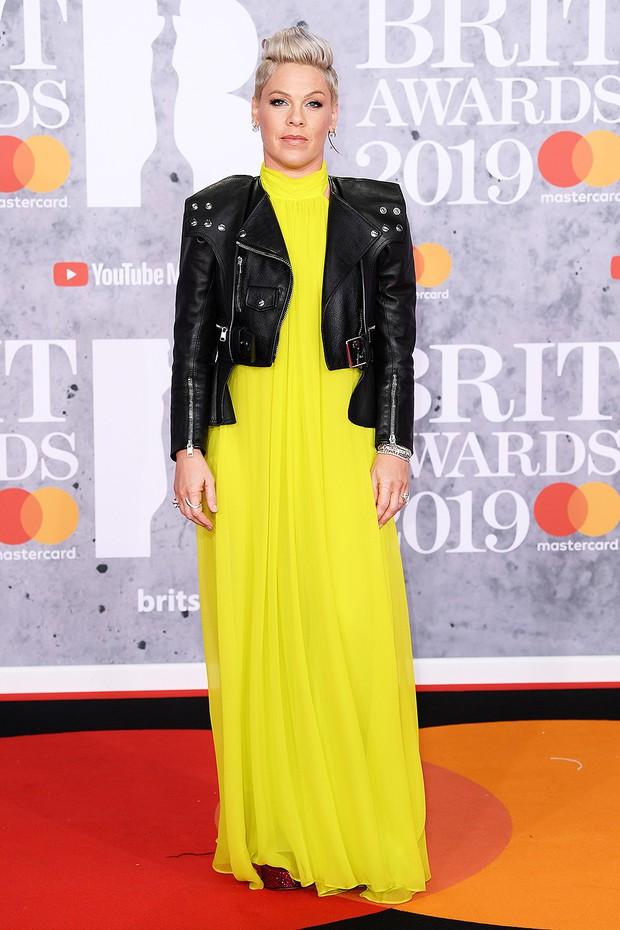 Thảm đỏ BRIT Awards 2019: Pink, Shawn Mendes dẫn đầu dàn sao, nhưng spotlight thuộc về loạt màn đọ sắc gây sốc - Ảnh 1.