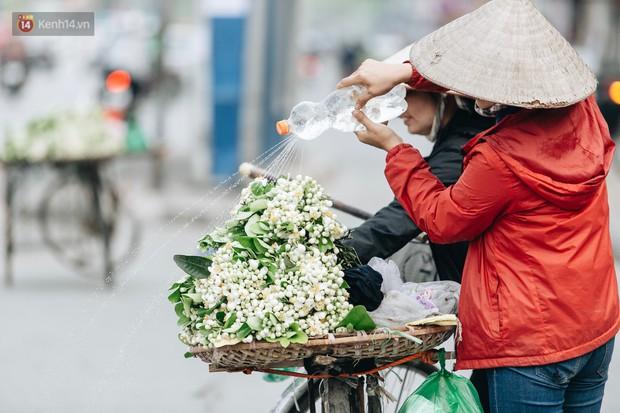 Hoa bưởi tháng 2 theo gió xuống phố Hà Nội, giá lên đến 300.000 đồng/kg vẫn cháy hàng - Ảnh 2.