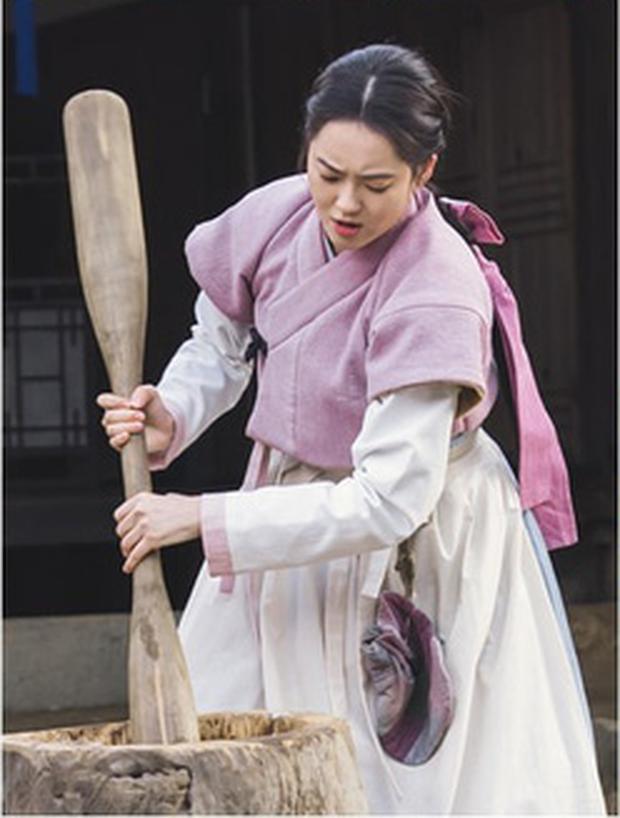 Haechi: Mỹ nữ Go Ara gây bất ngờ với khả năng giã chày như lực sĩ - Ảnh 2.