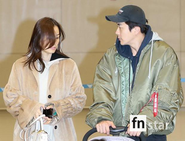 Vợ chồng tài tử Kwon Sang Woo và Hoa hậu Hàn lần đầu công khai đi cùng con gái tại sân bay, còn khoe mặt mộc 100% - Ảnh 4.