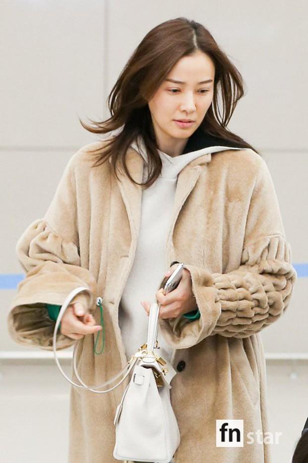 Vợ chồng tài tử Kwon Sang Woo và Hoa hậu Hàn lần đầu công khai đi cùng con gái tại sân bay, còn khoe mặt mộc 100% - Ảnh 7.