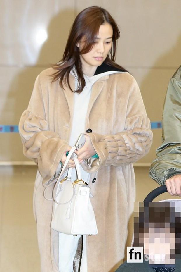 Vợ chồng tài tử Kwon Sang Woo và Hoa hậu Hàn lần đầu công khai đi cùng con gái tại sân bay, còn khoe mặt mộc 100% - Ảnh 6.